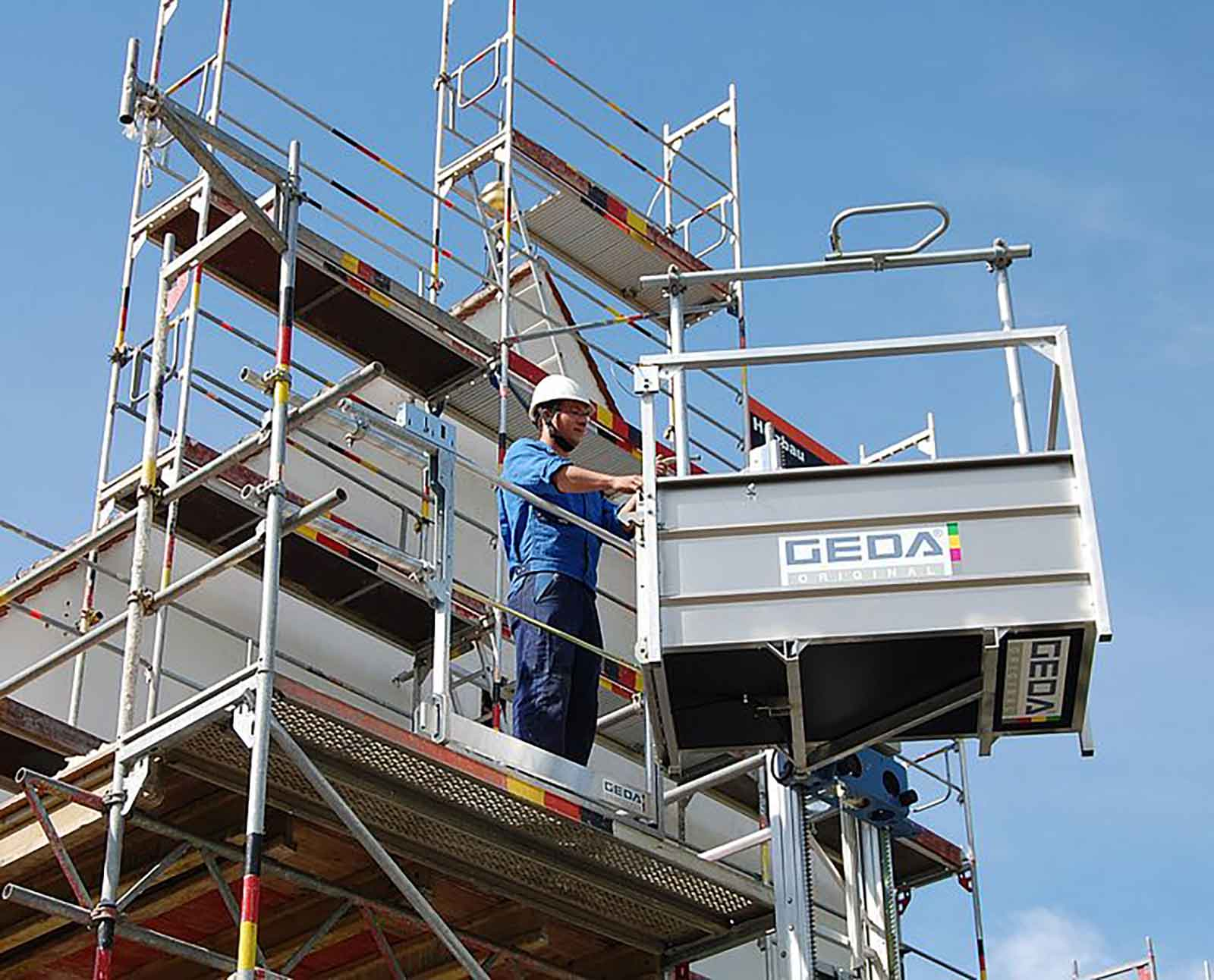 Scaffold lift rotates allowing safe transfer of scaffolding