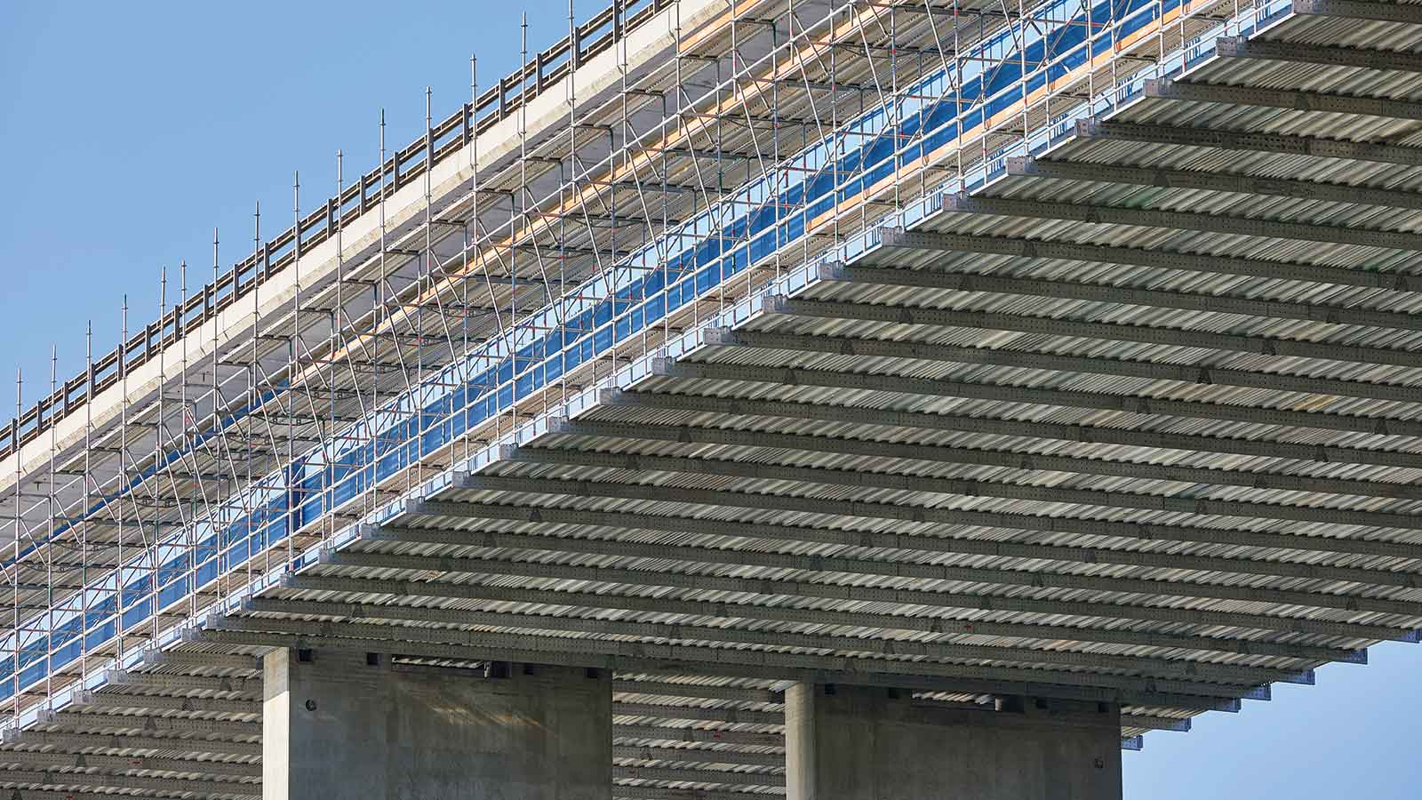 The aluminium FlexBeam from Layher is extremely versatile and offers a multitude of solutions including suspended bridge scaffolds.