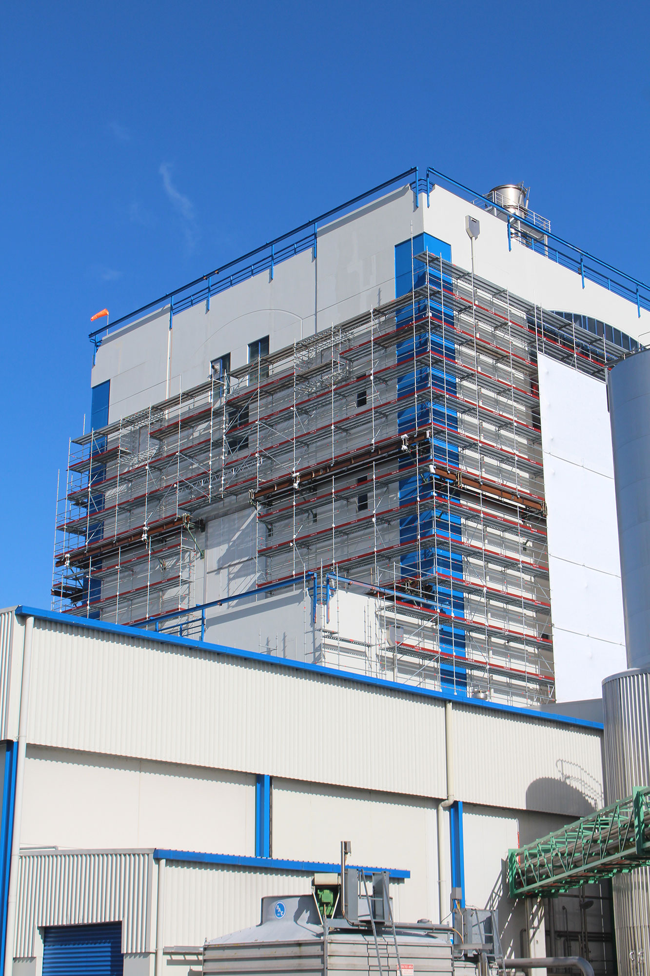 Fitzroy Engineering used two GEDA 500 ZZP hoists and Layher Allround Scaffolding on this Fonterra project - Fonterra Waitoa Scaffold