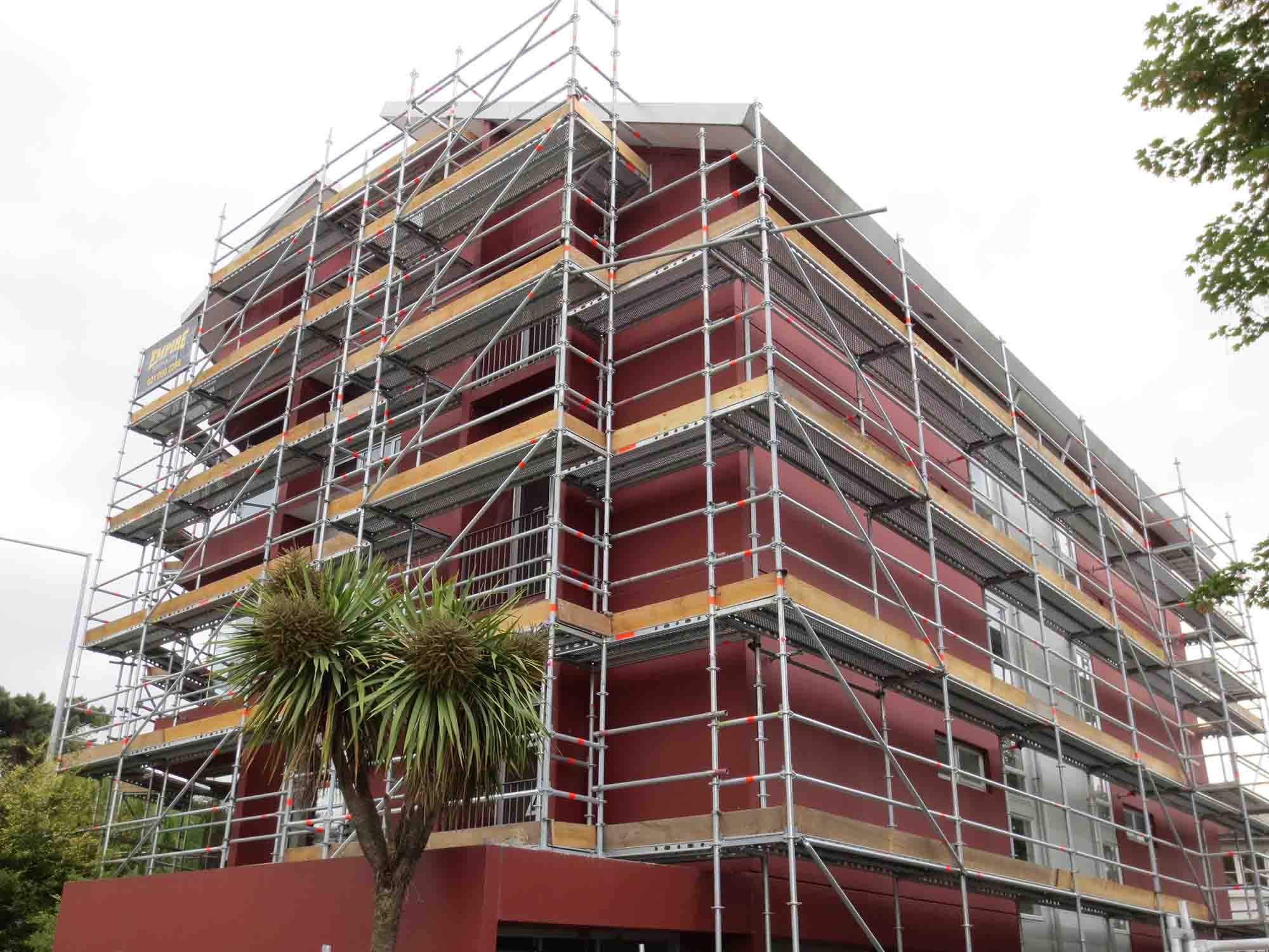 Scaffolding with no disruptions to passing traffic, pedestrians or apartment residents.