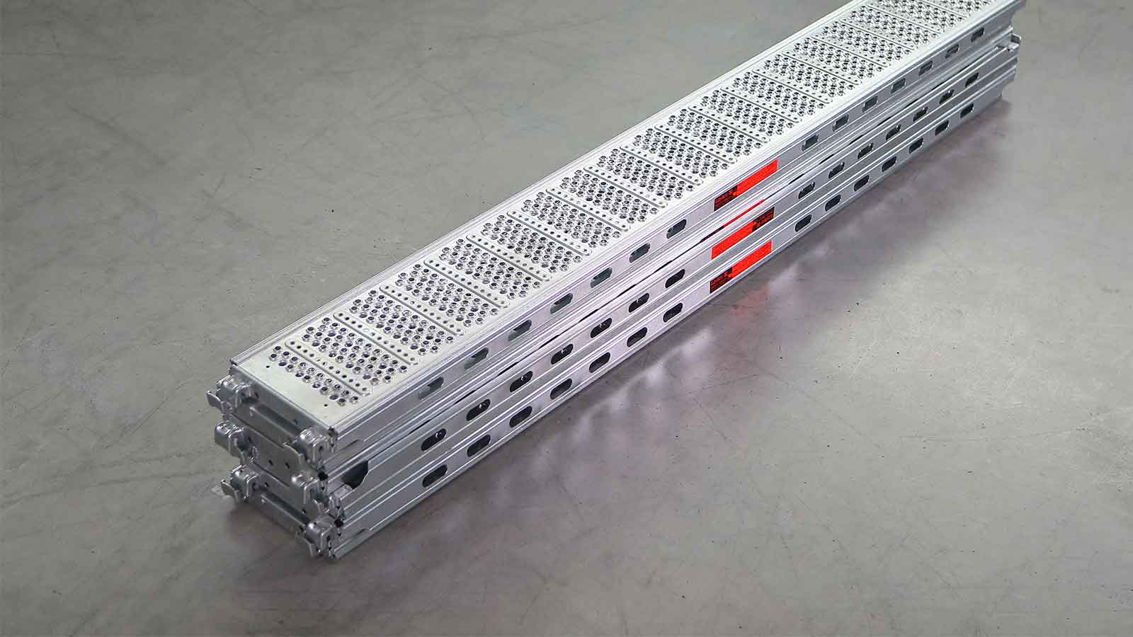 Interlocking and space-saving stacking of U-steel decks LW